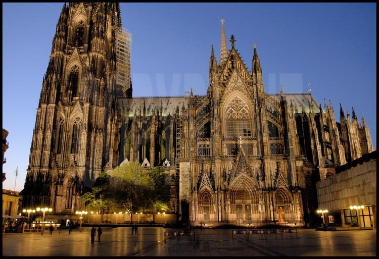 Cologne facade sud vue de nuit parvis ouest de la for Une vue de la faaade ouest