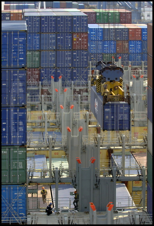 Waigaoqiao harbour terminal 4. Handling containers on