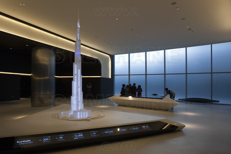 On the ground floor of the Burj Khalifa tower, the starting point to access at the observation deck, located at 124th floor, 430 meters above sea level. The elevators used are the fastest in the world: they propel their passengers at a speed of 40 km/h in virtual darkness.
