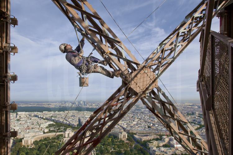 Bien-aimé Suspendu à 230 m d'altitude sous le troisième étage de la Tour  DJ88