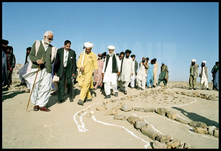 Almighty leader of the territory Bugti, Nawab (king) Bugti, who favored the searches(excavations) of the team of Jean Loup Welcomme for 5 years, came on the site of Hargaî's reconstruction with his nurse moved closer to notice the reconstruction of the baluchiterium.