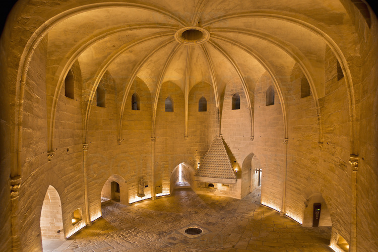 Constance Tower, interior. On the ground floor, the guard room, with its access protected by a portcullis. In the center of the room, a circular aperture provides access to basements that served as pantry, reserve ammunition and also dungeons. This place is called the