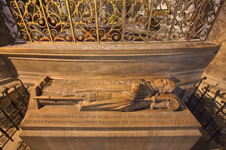 In the ambulatory behind the apse, several recumbent. Here, Louis Ernest Dubois (1856-1929), bishop of Verdun, archbishop of Bourges, Rouen and Paris. Then cardinal.