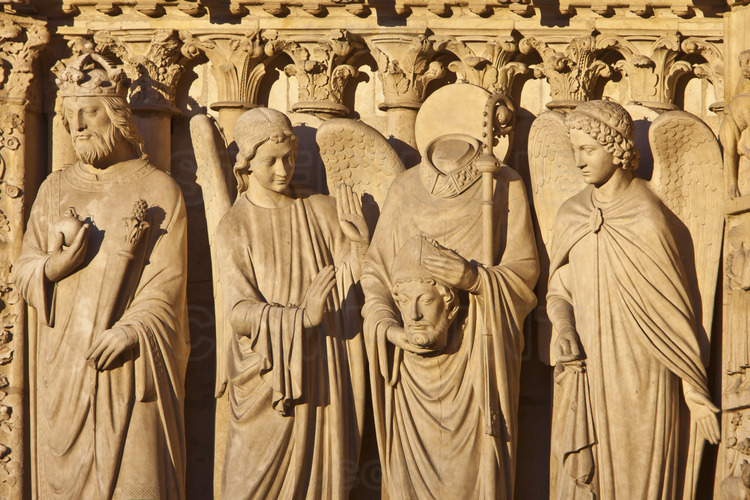 At the height of the portals of the west facade. North of the west facade, left side spalying of the portal of the Virgin. It is decorated with statues of the workshop of Viollet le Duc, among which were recognized (left to right) a king and Saint Denis flanked by two angels. Altitude 7 meters.