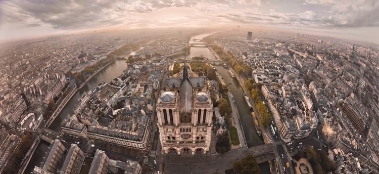 La façade ouest de Notre Dame au lever du jour. Au pied du parvis, le point kilométrique zéro, qui marque la croisée de toutes les routes de France.  parvis Au premier plan, de g. à d., la place de l'Hôtel de Ville, le bras nord de la Seine et le pont d'Arcole, la rue d'Arcole, le parvis Notre Dame, le bras sud de la Seine et le pont au Double, la rue Lagrange et le square René Viviani. Au second plan de g. à d., l'Hôtel de Ville, l'École nationale de la Magistrature, le square Jean XXIII, le pont de l'Archevêché, le quai de Montebello et le quartier Latin. En arrière plan de g. à d., le quai de l'Hôtel de Ville, l'église Saint Gervais, l'Île Saint Louis, les ponts de la Tournelle et de Sully, l'Université Jussieu et l'École Polytechnique. Altitude 140 mètres.*** Local caption ***The west facade of Notre Dame de Paris at sunrise. On the court, the zero kilometer point, which marks the intersection of the roads of France. In the foreground, l. to r., the place de l'Hotel de Ville, the north arm of the Seine and the bridge of Arcola, Arcola Street, the square of Notre Dame, the southern arm of the Seine and the Pont au Double, the Lagrange street and the Square René Viviani. In the second ground, l. to r., City Hall, the National School of the Judiciary, Square Jean XXIII, the bridge of the Archdiocese, the Quai de Montebello and the Latin Quarter. In the background of l. to r., the Quai de l'Hotel de Ville, the church of Saint Gervais, Saint Louis island, the bridges of Tournelle and Sully, the Jussieu university and École Polytechnique. Altitude 140 meters.