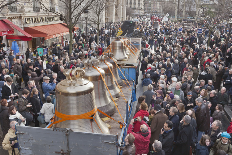 January 31, 2013: Arrival of bells in Paris. Here on the street of Arcola. In the background, the parvis of Notre Dame.