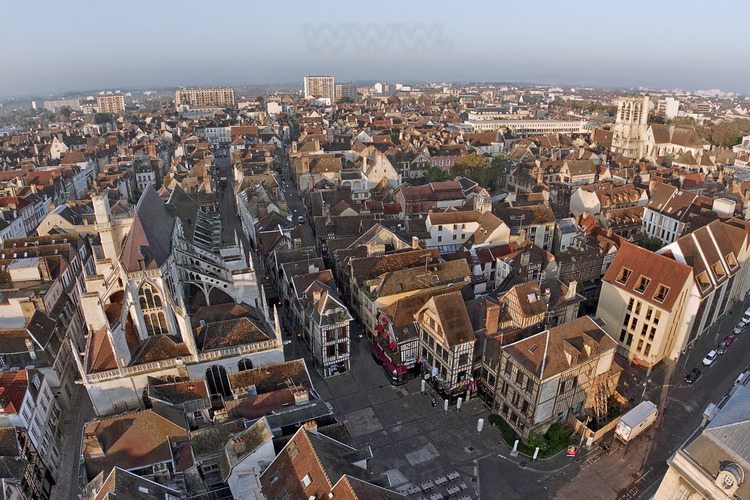 The historic city center from the square of the Town Hall with, from left to right, the church of St John's Market, Mole street and rue Champeaux street. Elevation 50 meters.