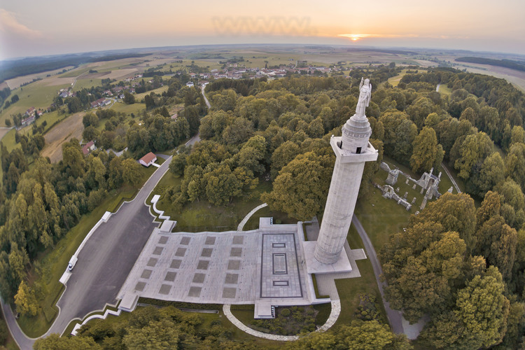 Fighting in Argonne: Butte de Montfaucon, Montfaucon American tower. Located at the foot of the ruins of the destroyed village of Montfaucon en Argonne, this granite tower of 58 meters shaped as Doric column is topped by a statue of