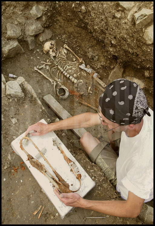 After digging for 2 days, Daniele Vitali's team has finally excavated the tomb of a Celtic warrior with weaponry intact. The sword, sheath, spearheads and javelin are exactly the same as those found in the Celtic tombs of the Northern Alps.  However, the presence of Etruscan funerary furnishings in this same tomb reveal that as early as the 4th century BCE, the native Etruscan population and the Celtic newcomers were already intermingling. The weapons, now as fragile as glass after 2000 years of oxidation, are careful exhumed by French archeologist Gilles Van Heems on their way to the restoration lab.