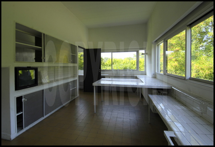 la cuisine expos e au nord est situ e au milieu d 39 une pelouse entour e de prairies et de. Black Bedroom Furniture Sets. Home Design Ideas