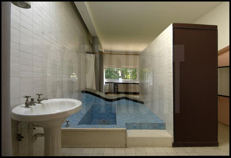 la salle de bains avec son originale m ridienne en. Black Bedroom Furniture Sets. Home Design Ideas