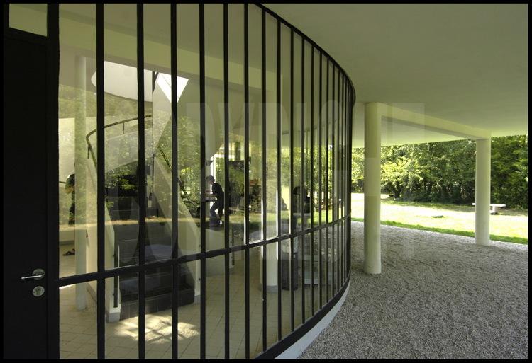 au rez de chauss e l entr e ainsi que l acc s l tage et aux terrasses situ e au milieu d. Black Bedroom Furniture Sets. Home Design Ideas